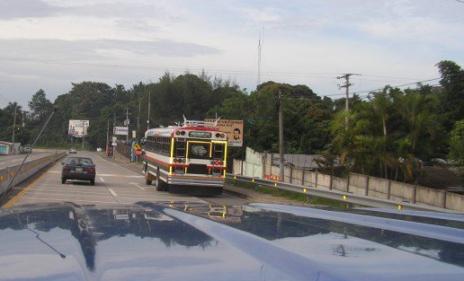 Viaje diario por la carretera del puerto al trabajo en descapotable!